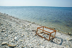 Rostiger Rahmen ein Kasten auf dem Strand Lizenzfreie Stockfotografie