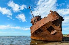 Rostiger Schiffbruch auf den Ufern des Strandes Stockfoto