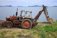 Rostiger Traktor auf dem Strand Stockfoto