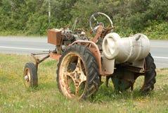 Rostiger Traktor, der auf dem Straßenrand oxidiert stockfotografie