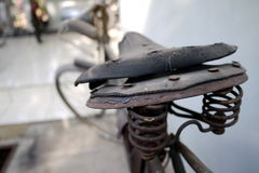 Rostiger und Weinlese-Fahrrad-Sattel Lizenzfreie Stockfotos