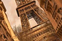 Rostiger und Weinleseblick auf den Eiffelturm umgeben zwischen zwei Gebäuden Lizenzfreies Stockfoto