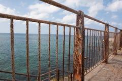 Rostiger Zaun nahe dem Meer Lizenzfreie Stockfotografie