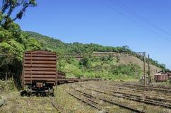 Rostiger Zug in der Eisenbahn Stockfotografie