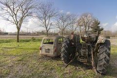 Rostiges altes Auto und Traktor Stockfoto