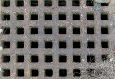 Rostiges altes Eisengitter auf dem Kanal Lizenzfreie Stockbilder