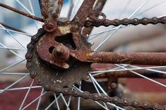Rostiges altes Fahrrad Gang und Kette Stockfotografie