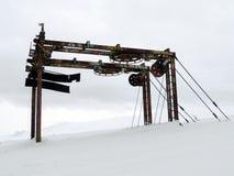 Rostiges altes Skischleppseil im Schnee Stockfoto