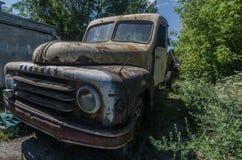 rostiges auto in gelaende stock images