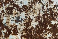 Rostiges Blatt des Eisens mit Überresten der Schale der weißen Farbe stockbilder
