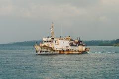 Rostiges Boot angeschwemmt auf dem Ufer in Lanzarote Lizenzfreies Stockbild