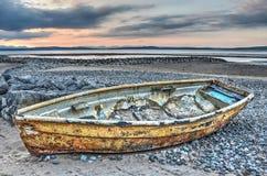 Rostiges Boot auf dem Strand Stockfoto