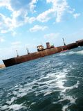 Rostiges Boot auf Meer Stockfoto