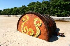 Rostiges Faß auf tropischem Strand Lizenzfreie Stockbilder