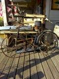 Rostiges Fahrrad auf hölzerner Plattform Stockfoto
