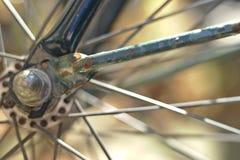 Rostiges Fahrradrad stockbilder