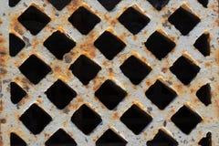 Rostiges Gitter im Bürgersteig Stockbild