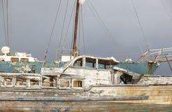 Rostiges hölzernes Segelboot, das wartet, in Azoren zu reiben portugal Lizenzfreie Stockfotos