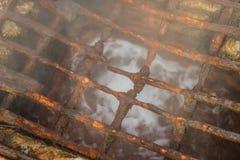 Rostiges korrodiertes Gitter in Quellpunkt in Loutra Edipsou Lizenzfreie Stockbilder
