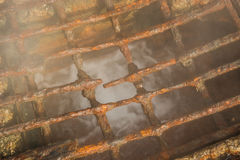 Rostiges korrodiertes Gitter in Quellpunkt in Loutra Edipsou Stockfotografie