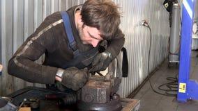 Rostiges Metall des Mechanikermann-Schleifens mit Raspelwerkzeug in der Garage stock footage