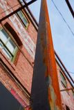 Rostiges Metall und Ziegelsteine, was sonst erforderlich ist Stockbilder