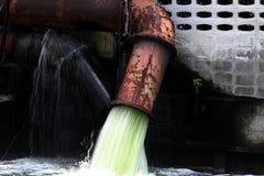 Rostiges Metallabwasserrohr Lizenzfreie Stockbilder
