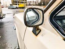 Rostiges oxidiertes Chrom des alten Retro- Weinlesehippies überzog metallischen silbernen Spiegel eines Retro- antiquanr die sech stockbild