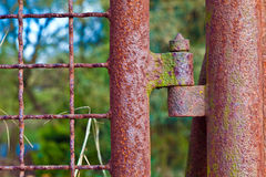 Rostiges Scharnier an einem Tor stockbild