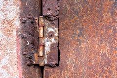Rostiges Scharnier schweißte Stahl auf einem rostigen Metalltür-Beschaffenheitshintergrund lizenzfreies stockfoto