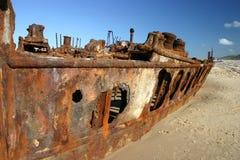 Rostiges Schiffswrack auf Strand Stockbild