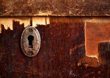 Rostiges Schlüsselloch im alten Holztisch Stockbild