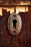 Rostiges Schlüsselloch im alten Holztisch Lizenzfreie Stockfotografie