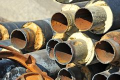 Rostiges Stahlrohr mit Wärmedämmung Stockbild