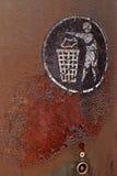Rostiges thrashcan mit einem Sänftenlogo Stockfotografie