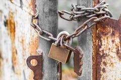 Rostiges Tor der Weinlese mit verschlossenem Hauptschlüssel und Kette Stockfoto