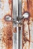 Rostiges Tor der Weinlese mit verschlossenem Hauptschlüssel und Kette Stockfotografie