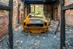 Rostiges und gebranntes Autowrack stockbild