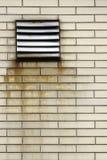 Rostiges Ventilationsrasterfeld Stockfoto