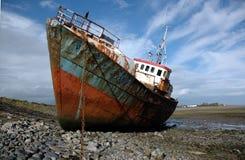 Rostiges verlassenes Schiff lizenzfreie stockfotos