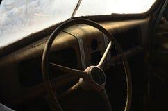 Rostiges Weinleseinnenautomobil des Lenkrads Stockfotografie