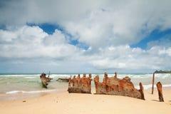 Rostiges Wrack auf australischem Strand während des Tages Lizenzfreies Stockfoto