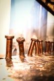 Rostigt brunt böjt järn för metallskruvar Arkivfoton