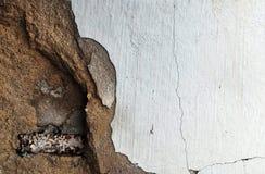 Rostigt cylinderstål i den brutna gamla smutsiga betongväggen för bakgrund Royaltyfria Bilder