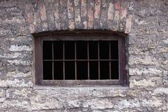 rostigt fönster för gammalt fängelse Arkivbild