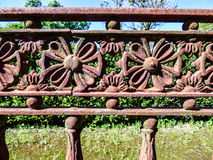 Rostigt gammalt järnstaket med blommadetaljer Royaltyfri Fotografi