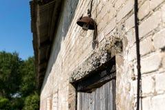Rostigt gammalt ljus över en dörr arkivfoto