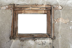 Rostigt gammalt träfönster på en sprucken vägg Arkivfoton