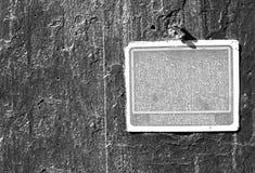 Rostigt grungy gammalt tecken för gråton på en cementvägg Arkivfoto