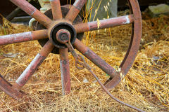 Rostigt hjul på en lantgård Arkivbild
